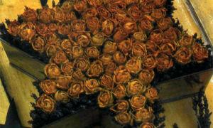 Массивная композиция из роз в форме звезды