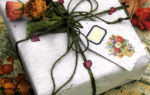 Подарочная обертка с розой и засушенными под прессом цветами