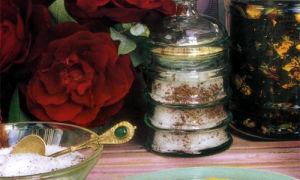 Розовый ароматизированный чай и сахар