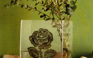 Стеклянная ваза с черной розой