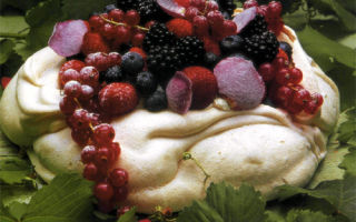 Торт-меренга «Павлова» с фруктами