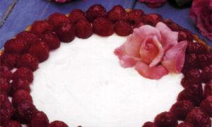 Творожный торт с розами и малиной