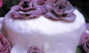 Праздничный фруктовый торт украшенный розами
